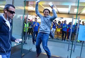 Primer comprador de Iphone 6 saliendo de la tienda
