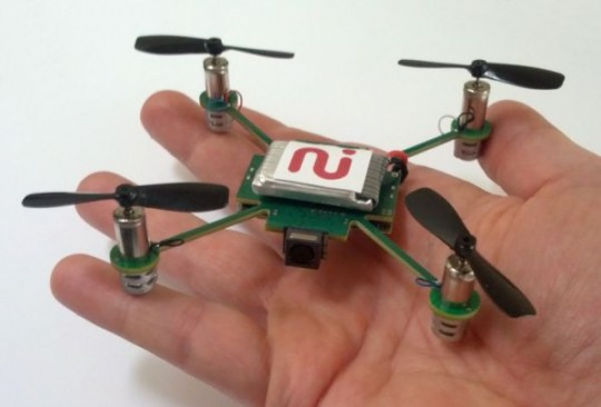Mano sosteniendo un Dron miniatura