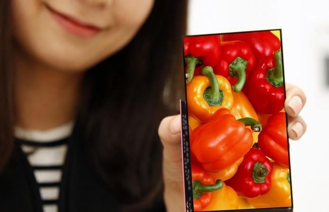 Smartphone LG en mano de asiática