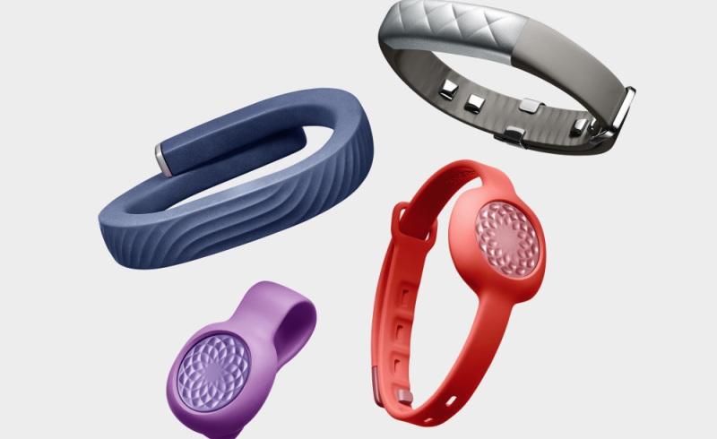 Cuatro fitness smartwatch de varios colores en fondo blanco