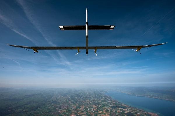 Avion ultraliviano volando en cielo azul