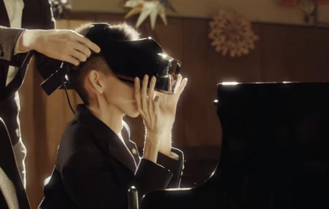Joven frente a un piano con visor tactil