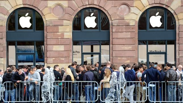 Personas haciendo cola esperando la venta en Apple Store
