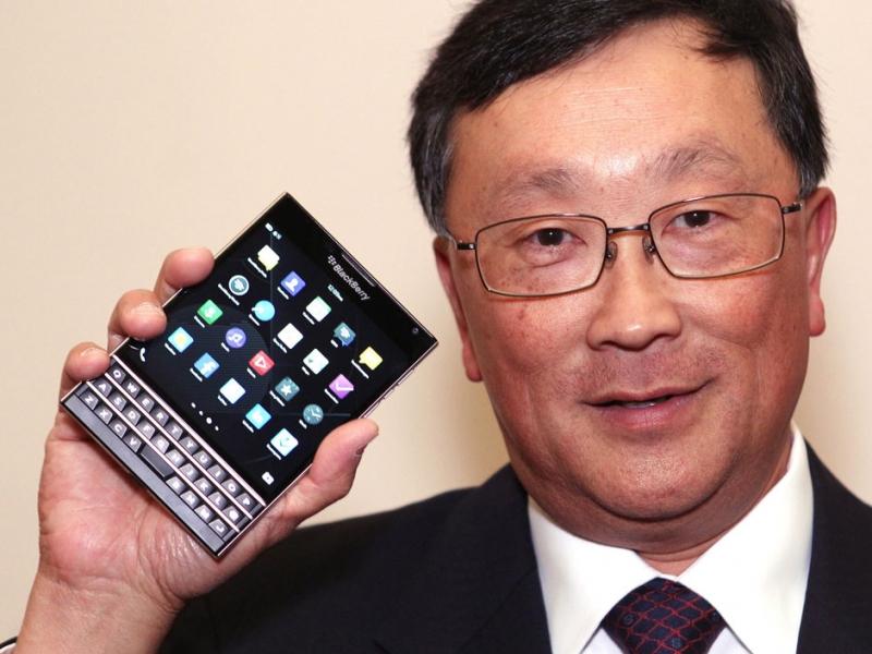 Asiático sosteniendo smartphone Blackberry