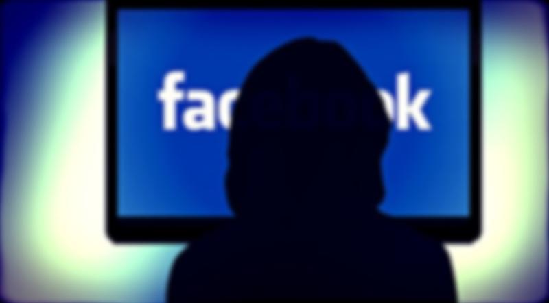Contraste de persona navegando en facebook