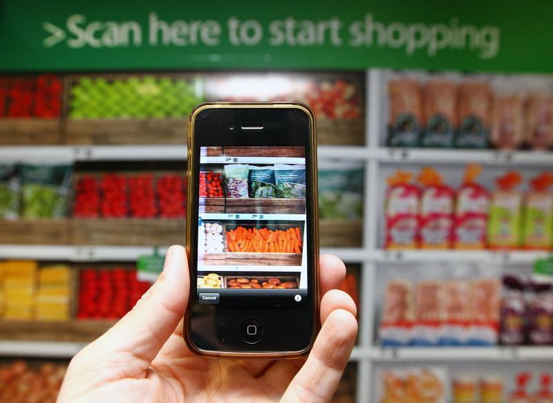 Smartphone con tienda virtual en mercado
