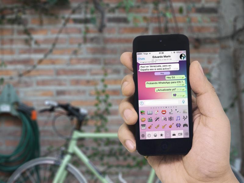 smartphone en mano con bicicleta de fondo