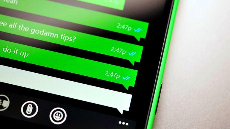 Smartphone con Whatsapp en la pantalla